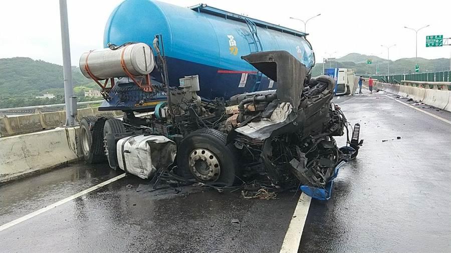 載運煤炭灰的槽車疑因天雨路滑撞擊護欄,車身分離。(何冠嫻翻攝)