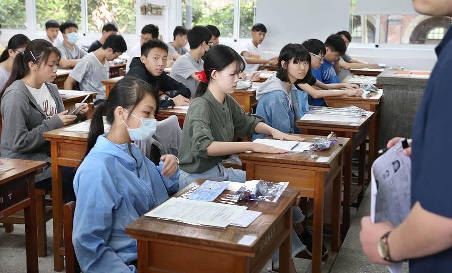 國中教育會考18日登場,學生們在鈴響後紛紛就座應試。(姚志平攝)