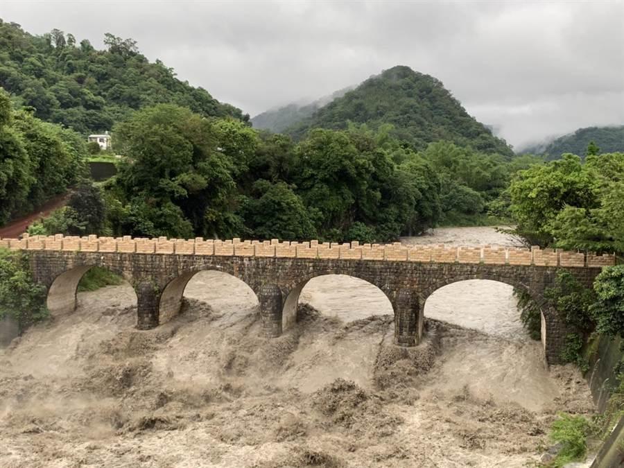 南投縣山區降下超大豪雨,北港溪溪水暴漲,國姓鄉糯米橋橋基遭洪水淹沒。(圖/李吉田提供)。