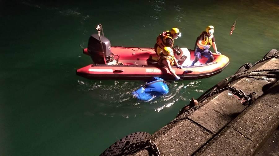 水湳洞漁港附近海域,昨(17)日晚上10時許發現有1具男性浮屍。(張穎齊翻攝)