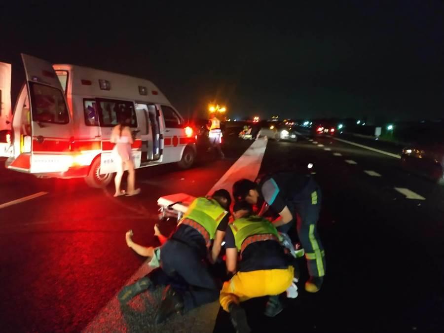 車禍發生在深夜23點13分,行駛在國道上的劉姓駕駛駕車,突然失控偏離車道,衝撞內車道護欄後,再被後車追撞,彰化縣消防局大三大隊前往救援。(吳敏菁翻攝)