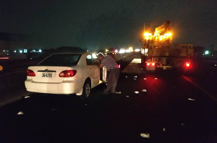 車禍發生在深夜23點13分,行駛在國道上的劉姓駕駛駕車,突然失控偏離車道,衝撞內車道護欄後,再被後車追撞。(吳敏菁翻攝)