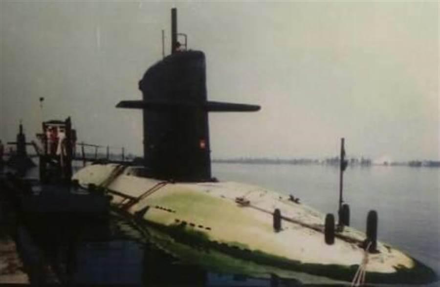 海軍潛艦耐航訓練最長32天,返港後,艦身長滿青苔。呂昭隆翻攝256隊史館。