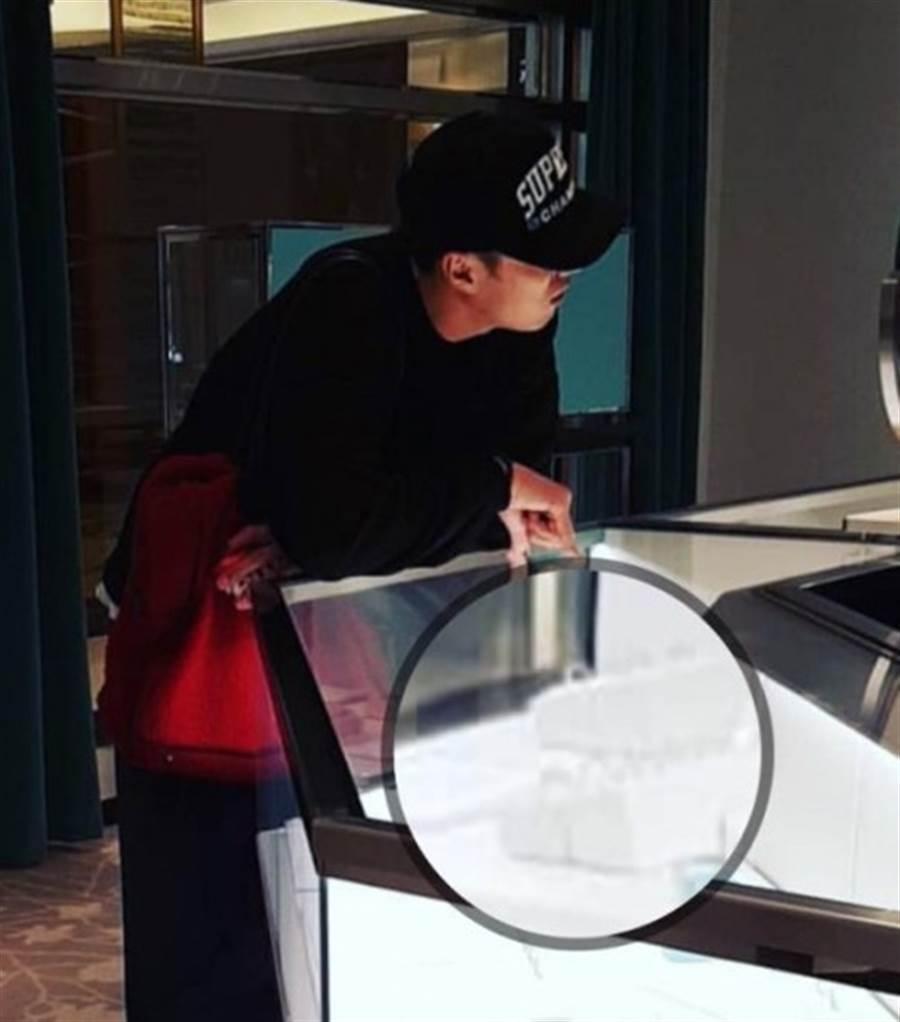 蘇志燮被爆挑戒指。(圖/取自《asiatoday》韓網)