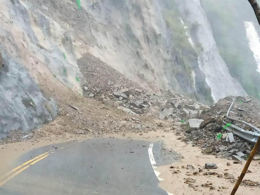 雷雨今南下,嘉義出現道路坍方。網友在《綠豆嘉義人》分享照片說,上山請注意!阿里山公路78.3k 又有坍方了。(翻攝綠豆嘉義人臉書)