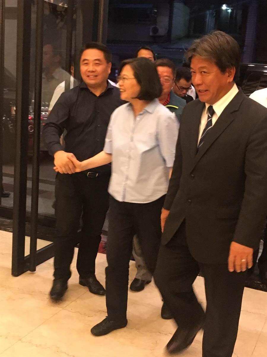 台南市黨部批評蔡英文總統(中)南下行程不告知地方黨部,卻與叛黨議員走在一起。(民進黨台南市黨部提供)
