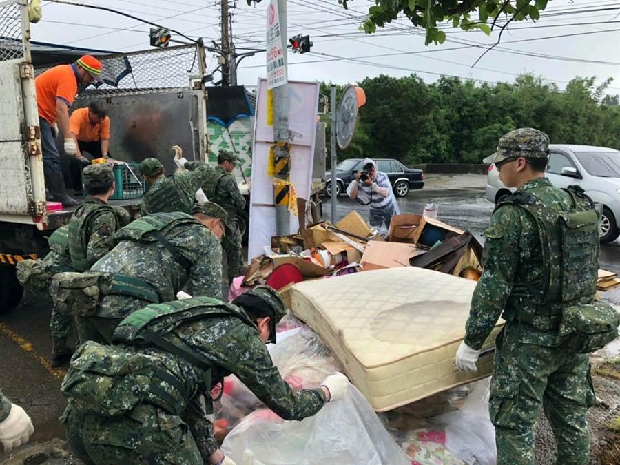 國軍出動兵力協助災後復原。(國防部提供)