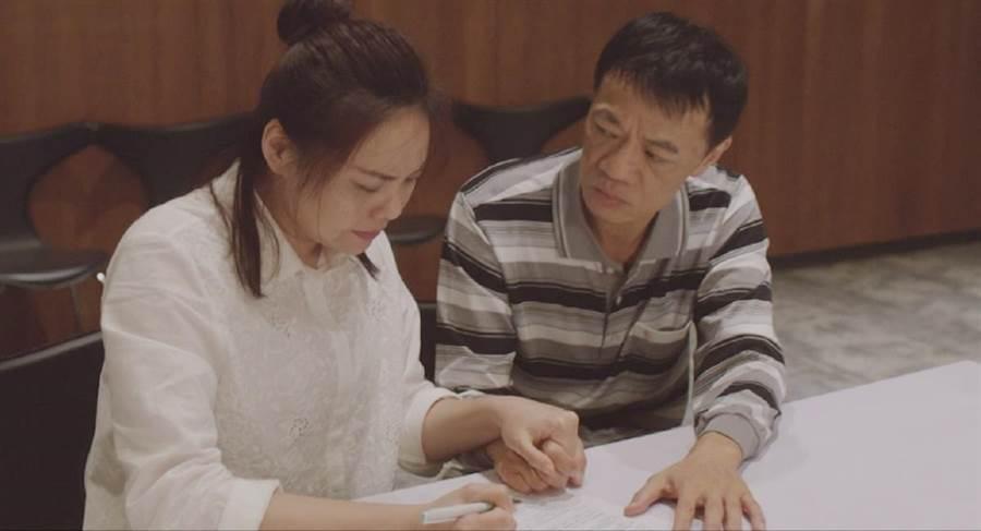 吳朋奉詮釋護子心切父親,左為飾演母親的林嘉俐。公視提供