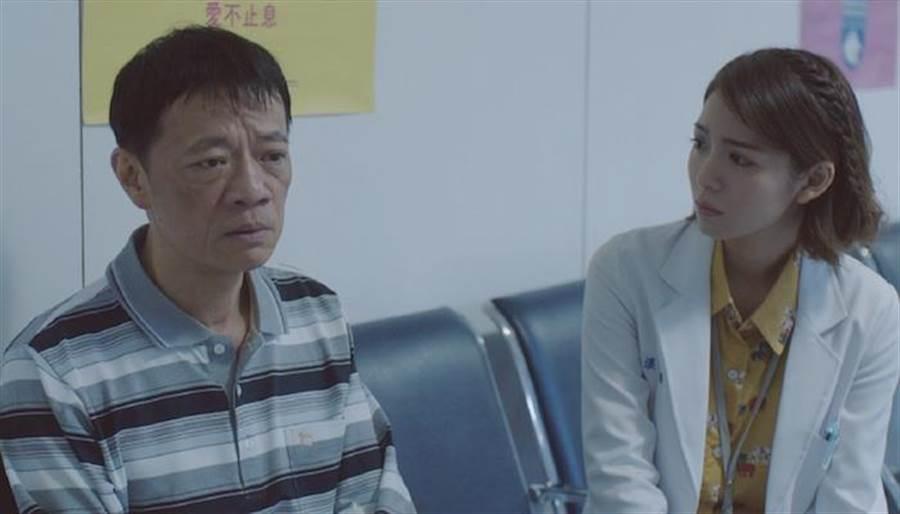 吳朋奉詮釋護子心切父親,右為飾器捐協調師劉倩妏。