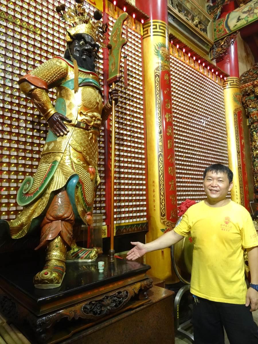 在台中南天宮中關聖帝軍座前,右側為持青龍偃月刀黑面將軍周倉。(馮惠宜攝)