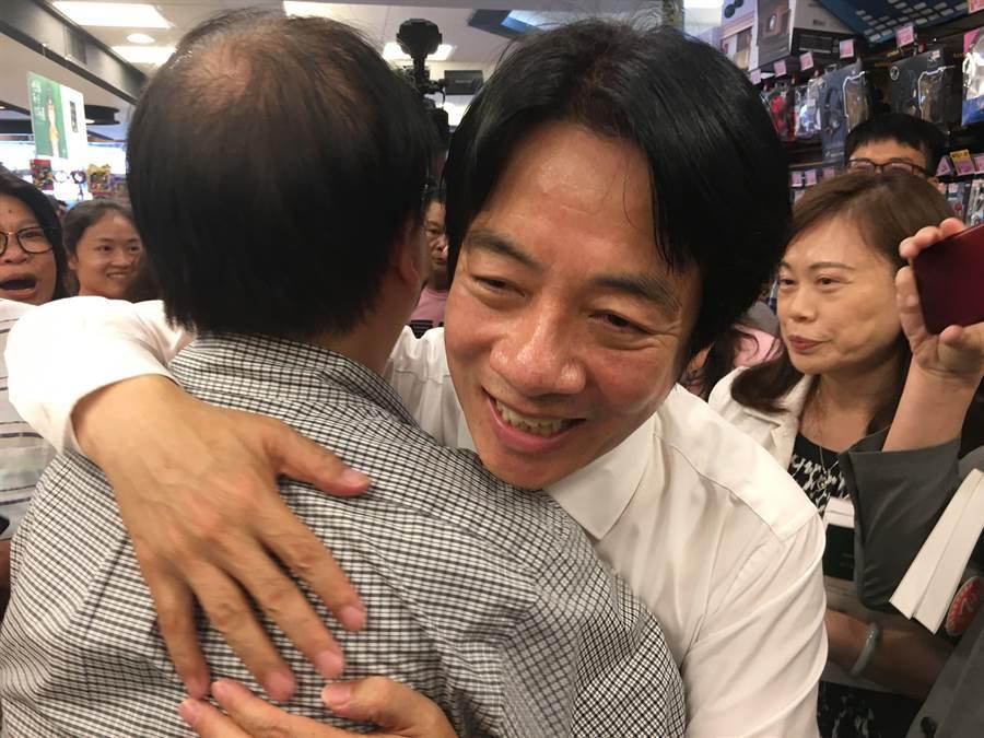 民進黨內總統初選參選人賴清德簽書會,巧遇同學熱情相擁。(廖素慧攝)