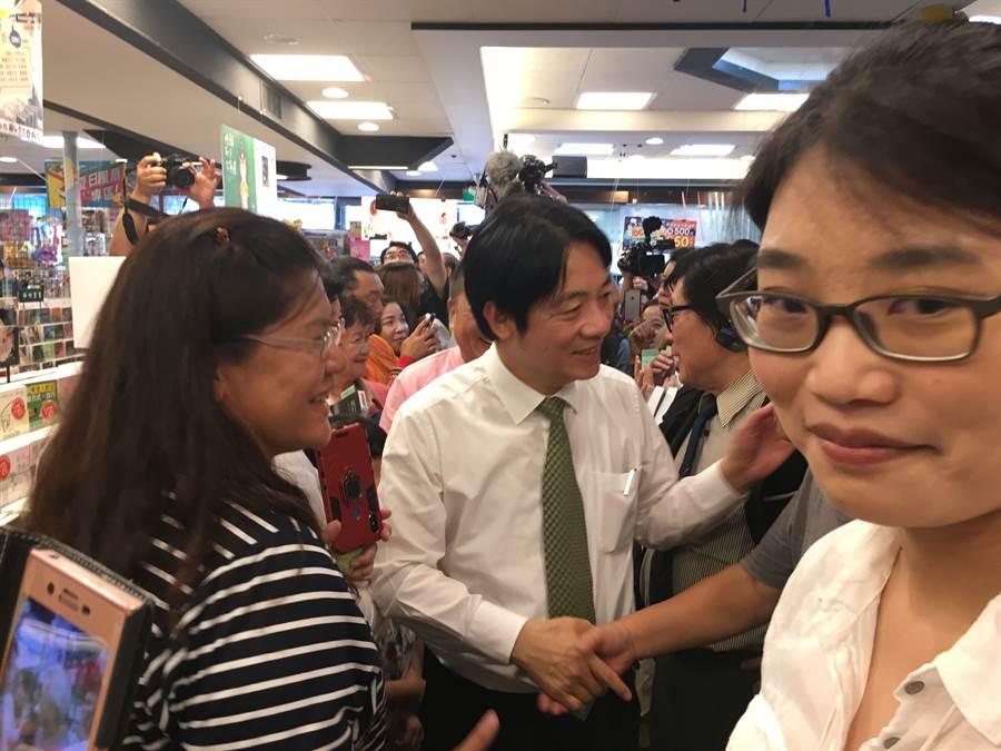 民進黨內總統初選參選人賴清德到嘉義市簽書會,支持者熱情包圍。(廖素慧攝)