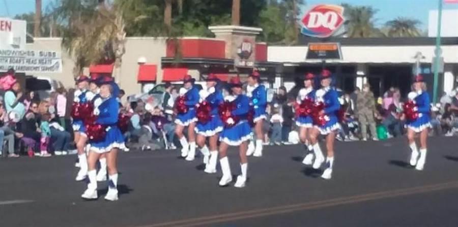 由55歲以上的銀髮女性組成的太陽市啦啦隊(Sun City Poms),是市內各大活動的表演要角。(圖片來源/Sun City Poms 臉書)