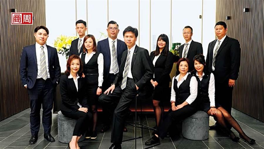 信義代銷總經理李少康(中)透露,掌握高達3萬筆、身價超過1.5億元的顧客資料,將是今年搶攻豪宅案的秘密武器。(攝影者.程思迪)