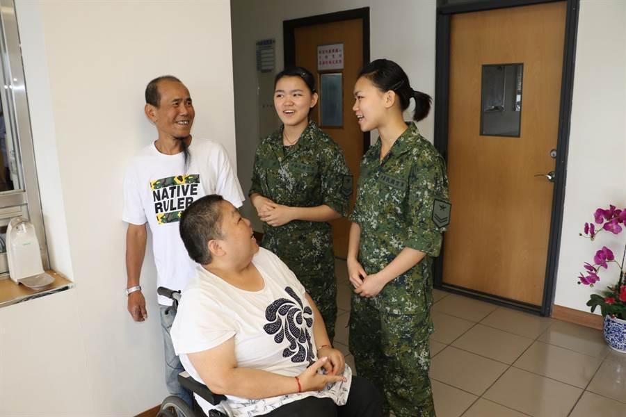 周嫻(右)、周嬋(左)的父母專程到空軍作戰指揮部松南營區探視女兒在部隊的生活。(陳俊雄攝)