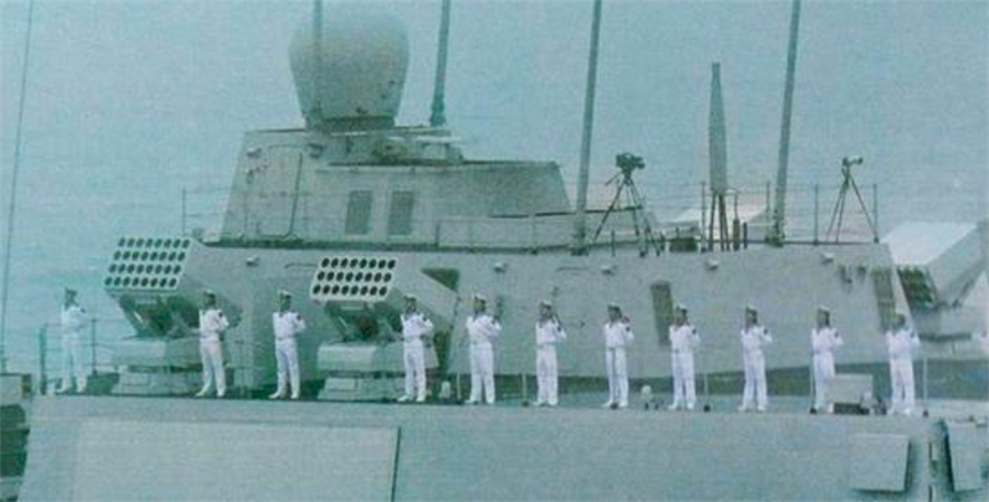 055型導彈驅逐艦首艦「南昌」號的4門巨砲。(網路)