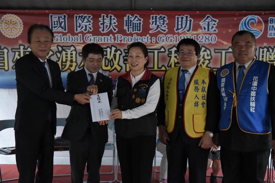 縣長徐榛蔚(中)代表收下台、日國際扶輪社共同捐助款項。(張祈翻攝)