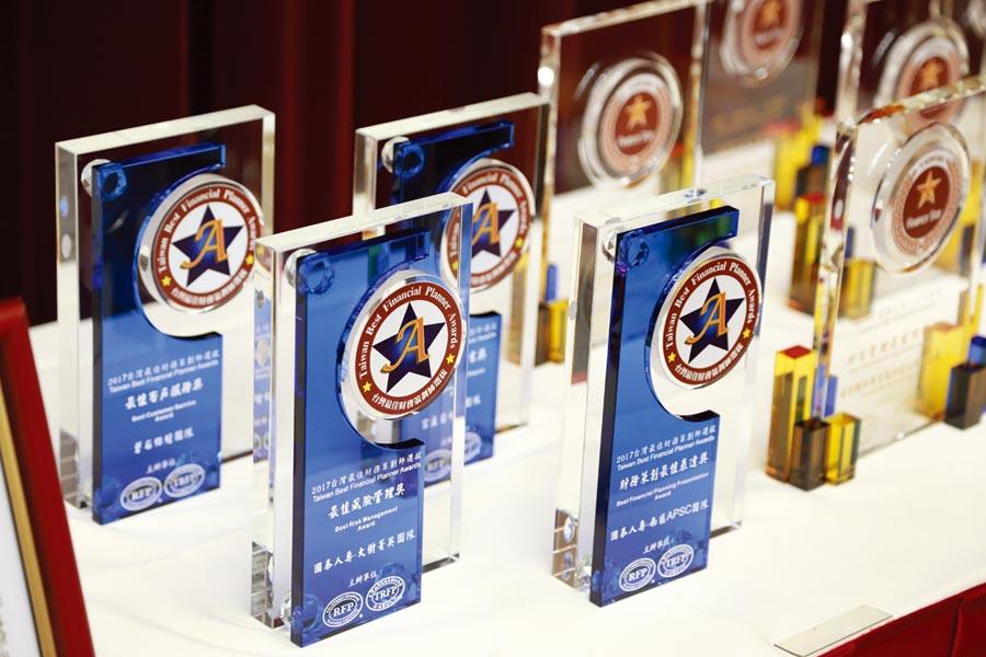「台灣最佳財務策劃師選拔」選拔獎杯。    圖/台灣註冊財務策劃師協會提供