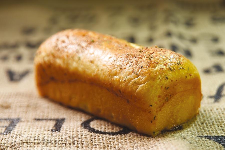 〈炸醬卷卷布里歐許〉外觀與傳統布里歐許麵包差別不大,裡面卻「藏」著用台式炸醬作的肉卷。圖/姚舜