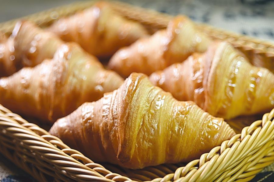〈吉可頌.丹麥專賣店〉的可頌麵包標榜麵糰發酵時間較長,且經27次反覆摺疊,烤好出爐後層次立體且更酥脆。圖/姚舜