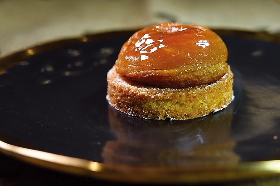 〈蘋心而潤〉是傳統的法式經典蘋果派,主廚將嚴選的整顆富士蘋果去皮去核後,扣入模具中與焦糖一起烘烤,再與千層派皮作的塔皮結合,味道極佳。圖/姚舜