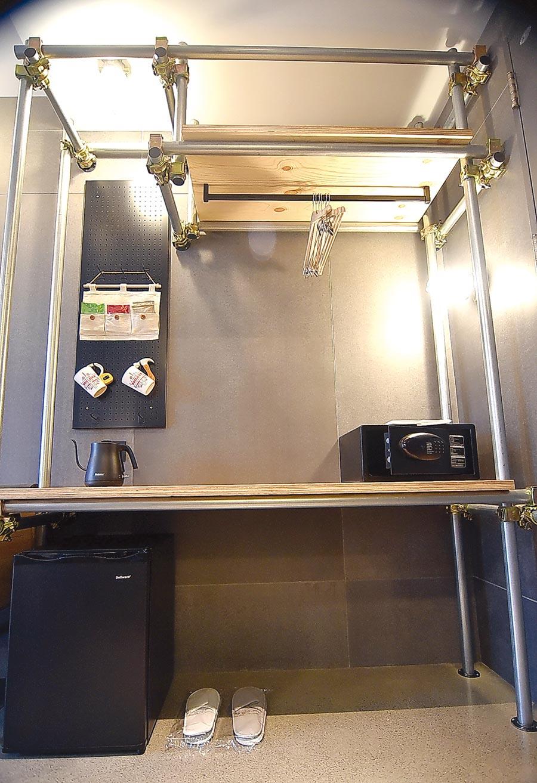 捷絲旅三重館客房內的衣櫃與置物櫃,是用架設演唱會舞台的金屬鋼管桁架設計,簡約中帶著工業風時尚感。圖/姚舜