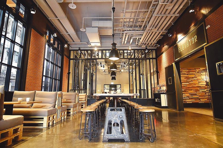 以紐約loft倉庫風格為概念打造的捷絲旅三重館,接待大廳和餐廳挑高超過6米,並用紅磚、木作、金屬鐵件為元素傳遞時尚現代與復古懷舊交織的工業風。圖/姚舜