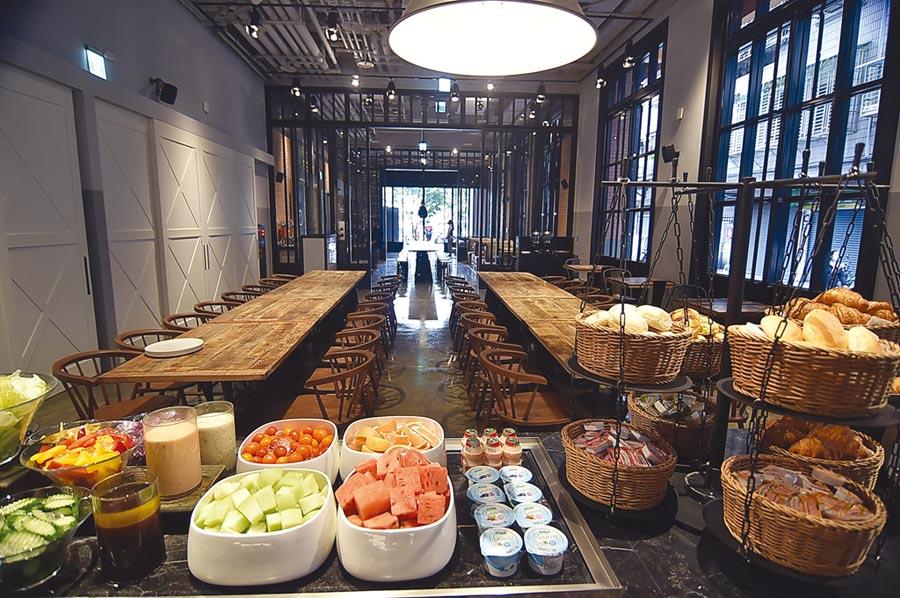 捷絲旅三重館內餐廳〈Just Cafe' 捷食藝〉,早餐提供輕食buffet、蔬果沙拉吧,以及各式的蛋料理。圖/姚舜