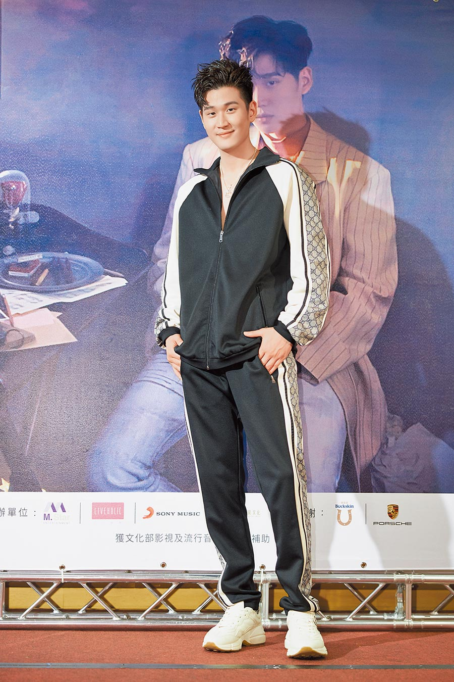 周興哲《你,好不好》亞洲巡迴演唱會台北站大秀運動時尚,全身穿最熱的GUCCI運動上衣與長褲。(本報資料照)