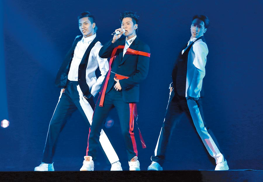 周興哲演唱會交由黃亞瑾造型設計,他身穿Alexander McQueen黑紅色軍裝勁舞。(本報資料照)