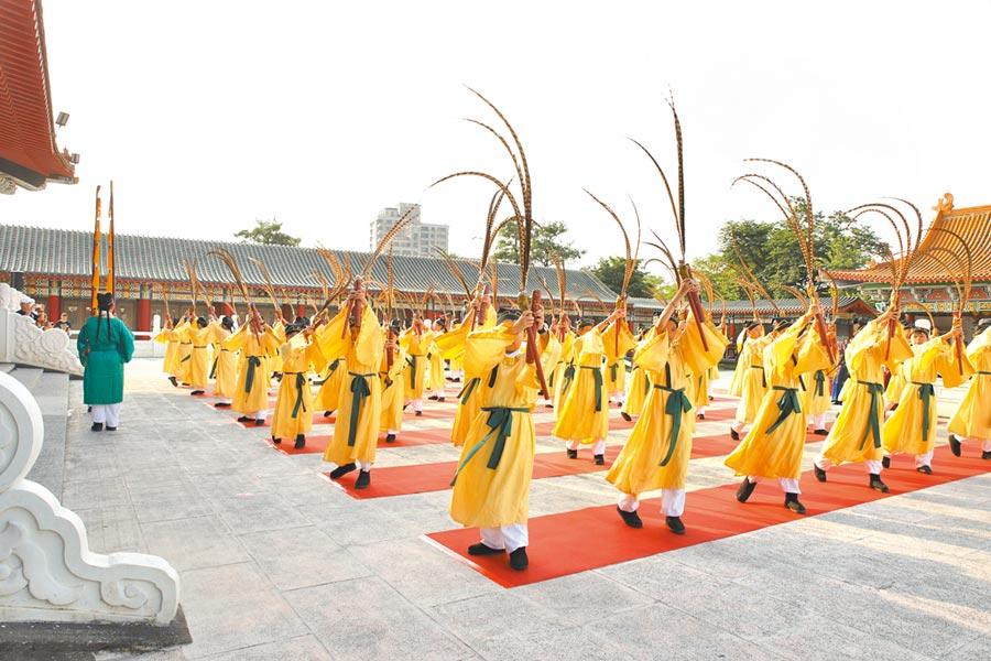 高雄市左營孔子廟遵循古禮演繹八佾舞。(高雄市立歷史博物館提供)