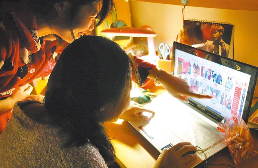 江蘇揚州大學的學生在宿舍熬夜網購。(新華社資料照片)
