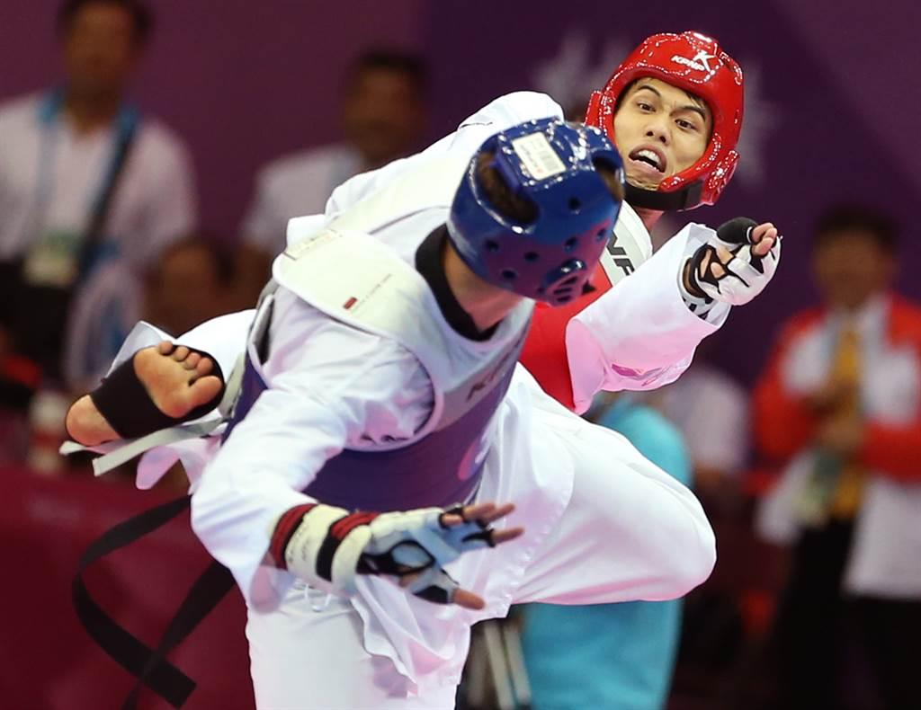劉威廷(右)在2019世跆賽16強戰遭對手擊中臉部送醫,幸無大礙。(資料照/范揚光攝)