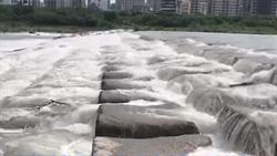新竹危險攔砂壩 「淹大水日」民眾冒險打卡