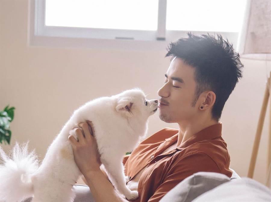 JR堅持要跟寵物「小胖妹」一起拍寫真。(天晴娛樂提供)