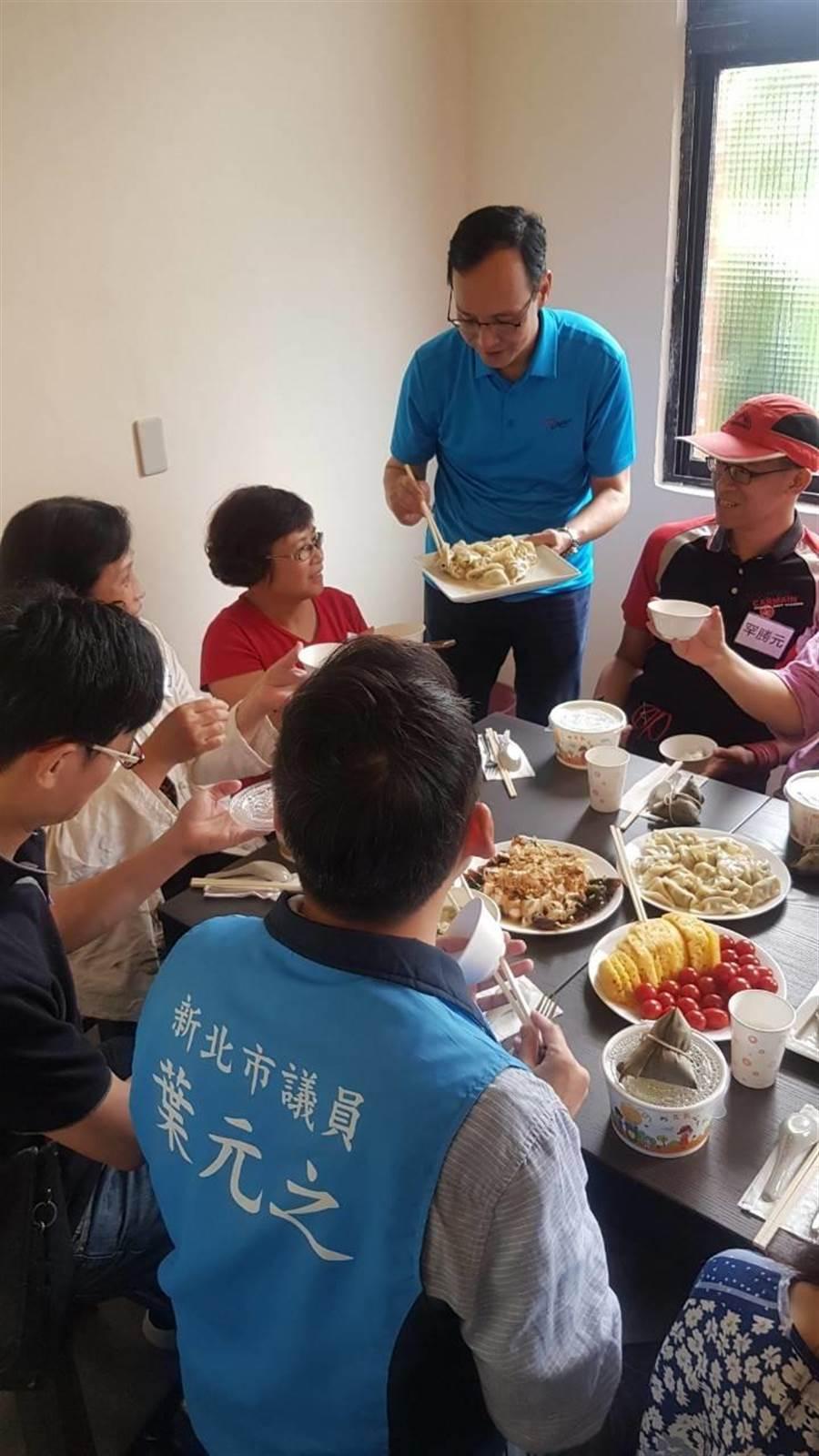 總統擬參選人朱立倫18日中午在三重空軍眷村舉辦「朱隊友」見面會,親自下廚,和網友們面對面用餐話家常。(吳亮賢翻攝)