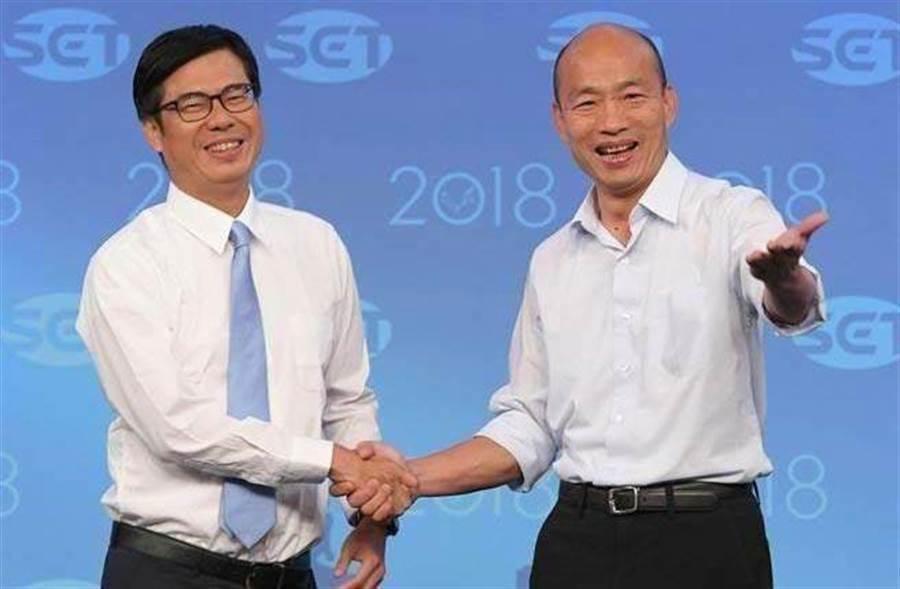 去年高雄市長選舉電視辯論會,陳其邁(左)和韓國瑜(右)握手致意。(資料照片,三立電視台提供)