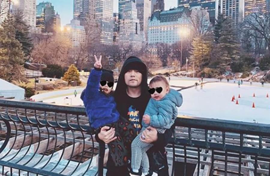 周杰倫IG曬出「混血女娃正面照」,網友一度猜測是女兒小周周。(圖/昆凌IG)
