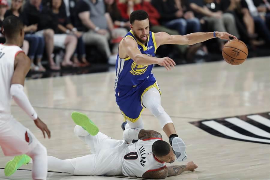 勇士在西區決賽直落四輕取拓荒者,柯瑞的表現有目共睹,伊戈達拉稱讚柯瑞是NBA史上第二控衛。(美聯社資料照)