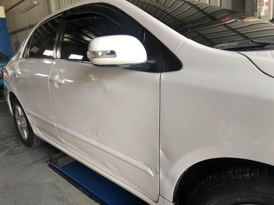 撞上違停賓士車的白色國產車右側車身傷痕累累。(馮惠宜翻攝)