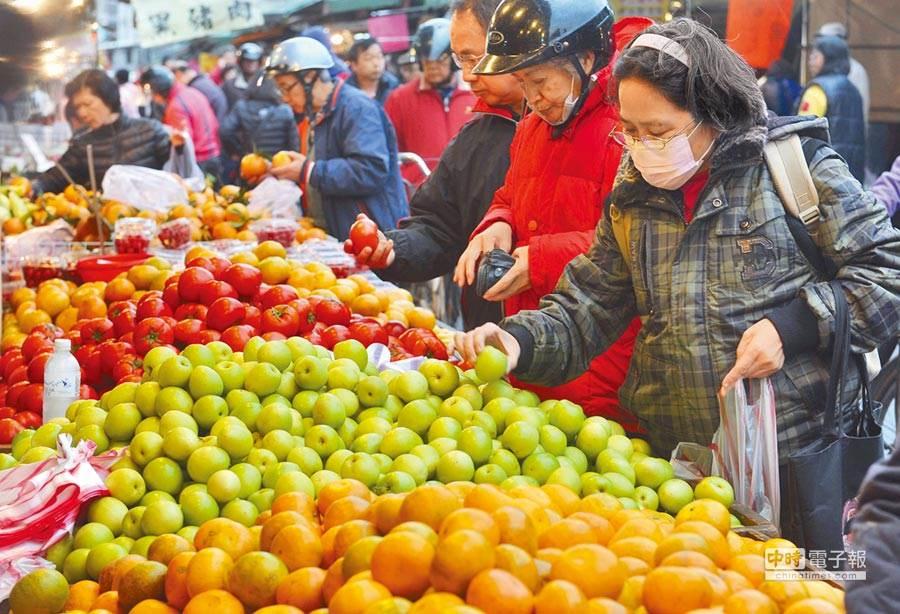 圖為菜市場水果攤。(資料照)