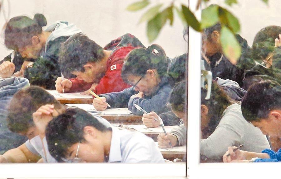 今年的國中會考首日,考生認為自然科計算不難。(姚志平攝)