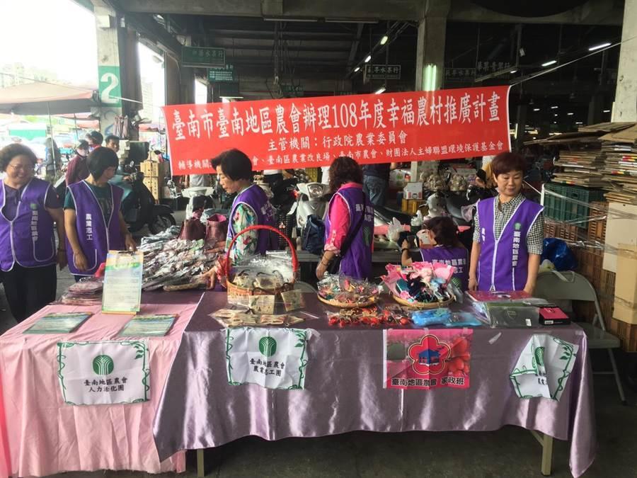 台南地區農會家政班媽媽們首次投入捐血活動,不但把手工藝品當贈品,自己也投入捐血。(程炳璋攝)