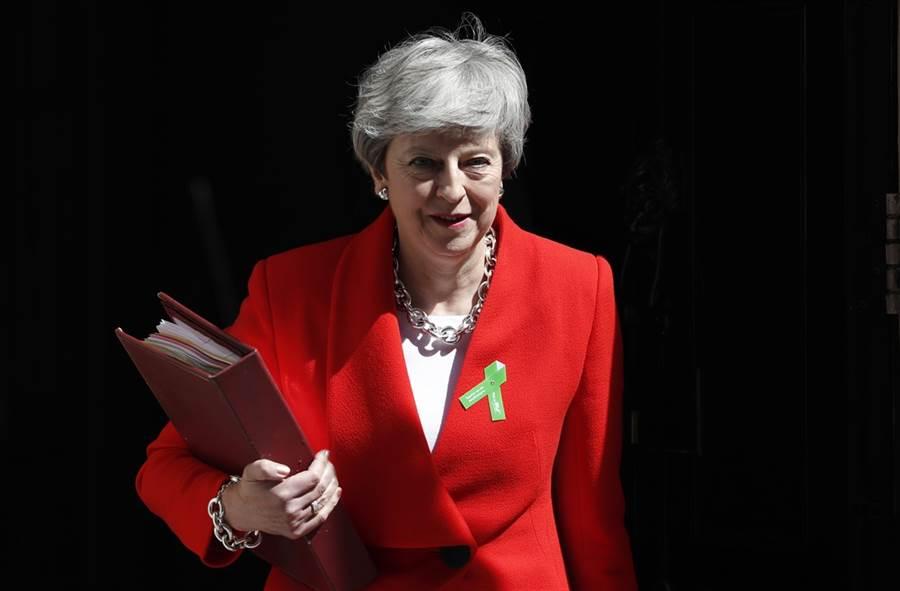 英國首相梅伊將在6月初給出辭職時間表,在那之前她將提出全新大膽的脫歐協議方案,力求在國會第四度闖關成功。(圖/美聯社)