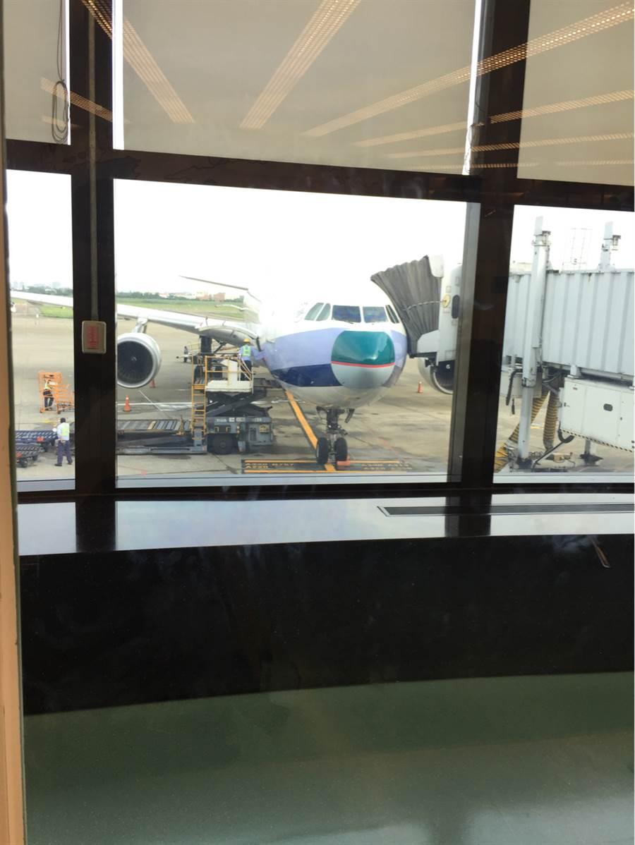 華航17日台北飛香港班機遭遇劇烈天氣,抵港時發現機鼻受損,基於飛行安全,向國泰商借機鼻,以確保班機適航。(圖擷PTT)