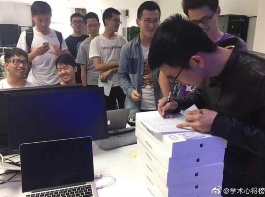 這是什麼神仙課程?大陸浙江大學電腦學院開設的「移動平台開發技術」課程,居然給每個選課學生發了一台蘋果電腦!(微博學術心得榜)