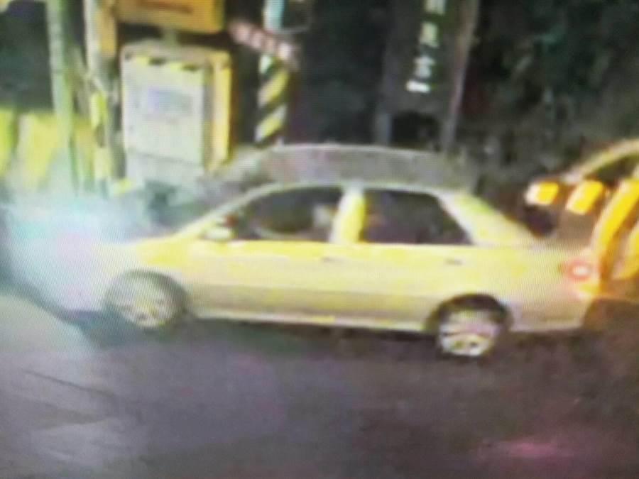 蒲男開車追撞女騎士,下車看了一眼後逃逸,路口監視器拍下肇事經過。(王文吉翻攝)