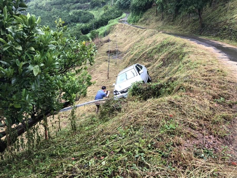 蒲男肇事逃逸後,開車逃到后里山區避風頭,疑對路況不熟,墜落邊坡。(王文吉翻攝)