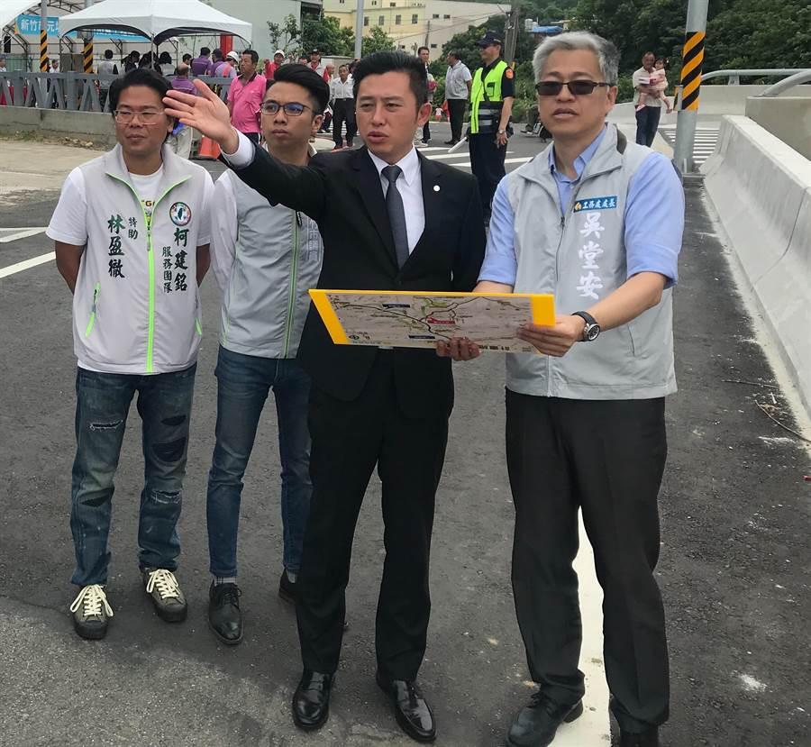新竹市長林智堅(右二)20日將以「微笑城市,延續幸福」為主題進行施政報告。(陳育賢攝)