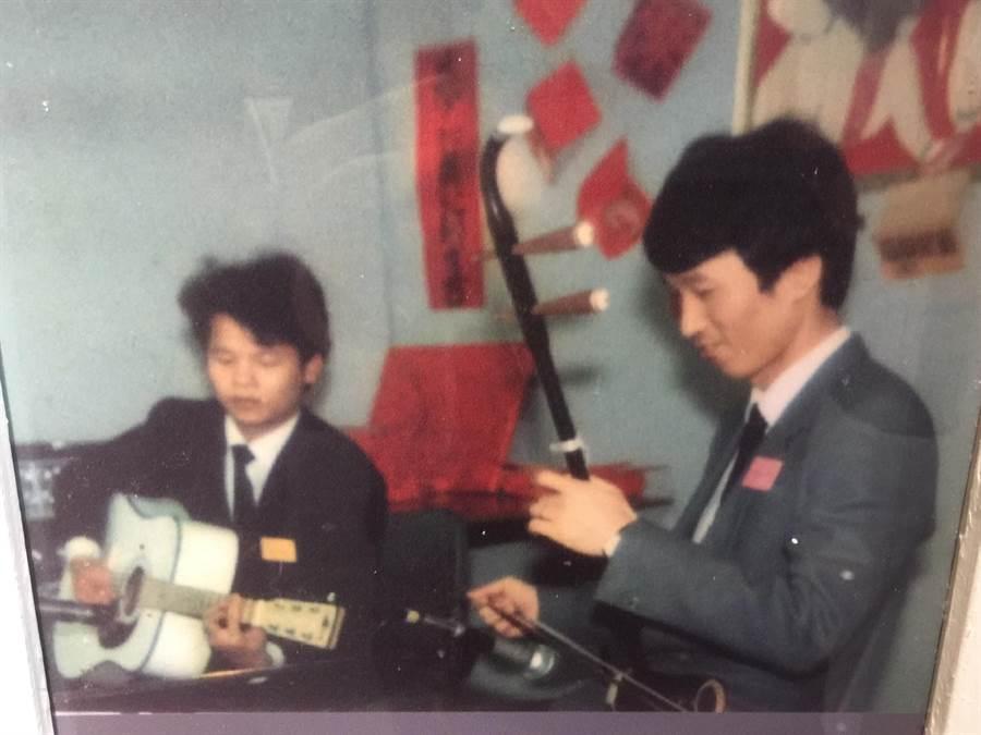 參謀總長李喜明(右)年輕在荷蘭接潛艦,留長髮,拉二胡。呂昭隆翻攝海軍256隊史館。